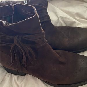 BORN boots size 10, rugged look with tassel